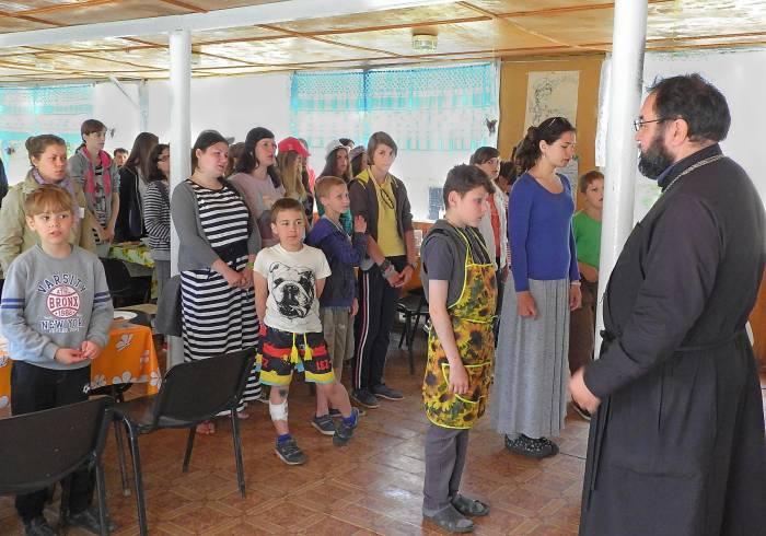 Совместная молитва перед обедом. Фото Светланы Васильевой