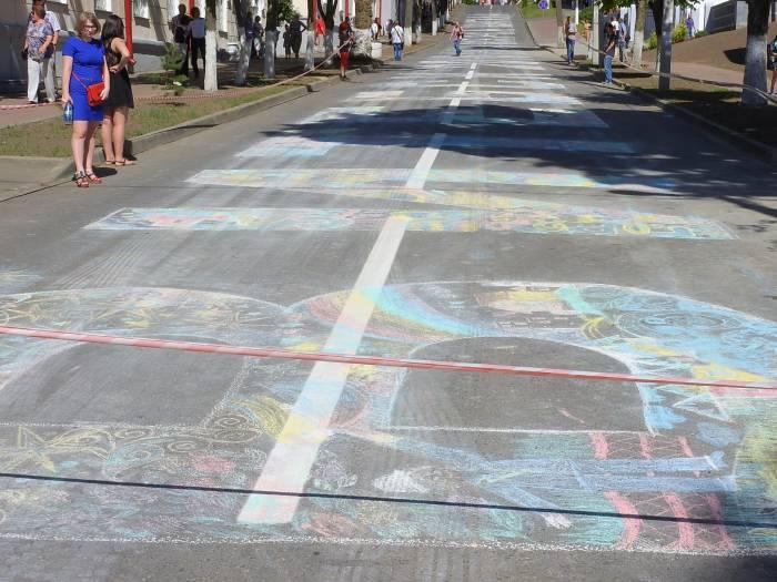 24 июня 2016 года полотном для юных художников стала целая улица. Фото Светланы Васильевой