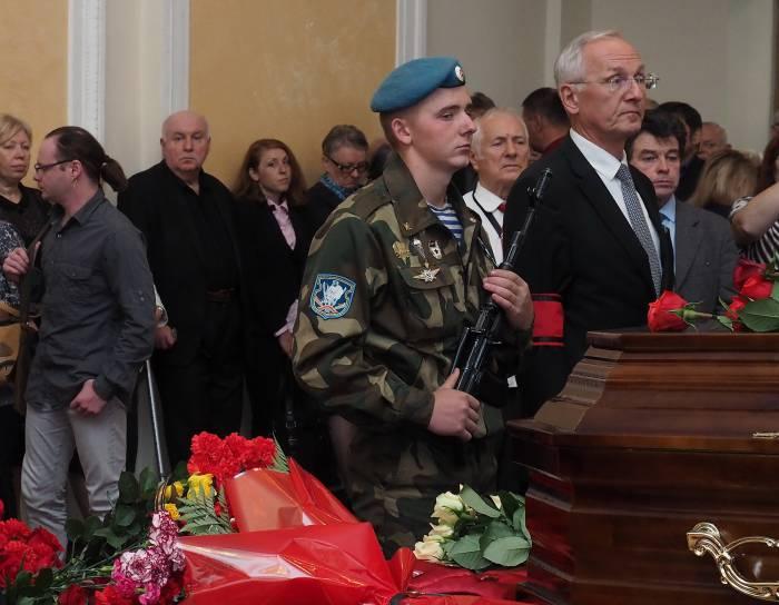 В почетном карауле возле гроба Родиона Басса министр культуры Борис Светлов. Фото Светланы Васильевой