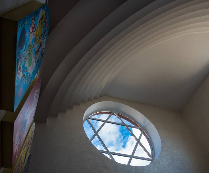 В новой синагоге свет, который имеет большое значение для иудеев и в прямом, и в переносном смысле, проникает через крышу и боковые окна. Фото Светланы Васильевой