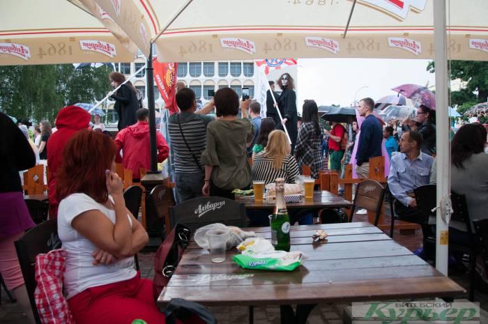 Полежать на мокром асфальте и покидать блин: чем развлекаются на «Славянском базаре» во время дождя