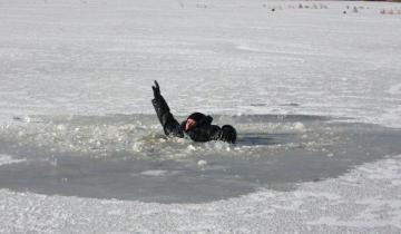 Тонет рыбак под лед