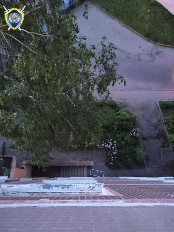 В Витебске из окна шестого этажа выпал полуторогодовалый ребенок