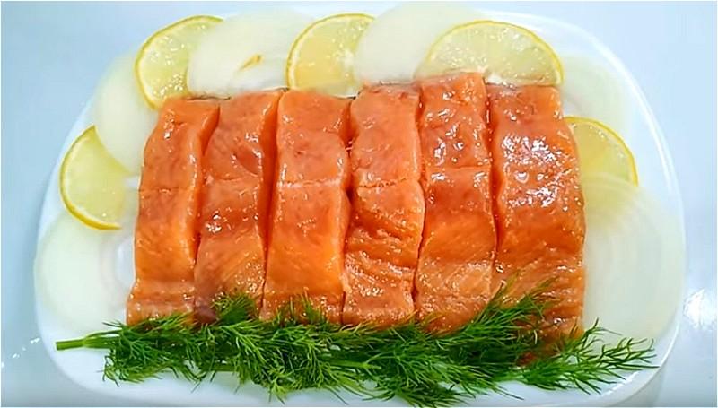 从鱼中取出头部,豪华,裙子和骨头。用中间切片切割圆角。倒入一个小的深层容器水温并溶解盐和糖。加入芥末和醋并混合。