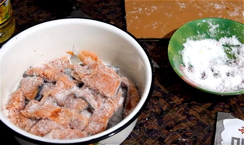 从鱼中切开头并转动尸体。混合盐,糖,胡椒和折叠月桂圈。漂亮的苏打泵用所得混合物。