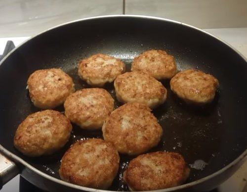 Kotlety z kurczaka z kaszą manną