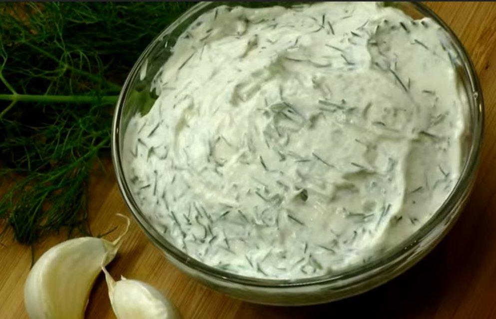белый соус с чесноком и зеленью