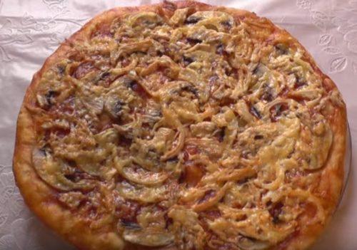 Hausgemachte Pizza mit Hühnchen und Pilzen