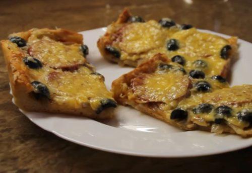 Kotitekoinen pizza salami, sienet ja oliivit