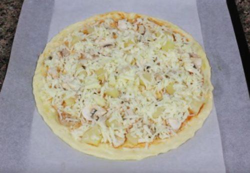 Hawaiianische Pizza mit Huhn, Pilzen und Ananas zu Hause