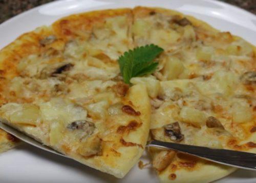 Pizza hawaiana con pollo, champiñones y piña en casa