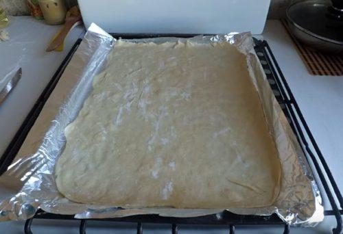 Dopo 7-12 minuti (il tempo dipende dal forno), il formaggio si scioglie. Rimuovere la pizza dalla pita e tagliare a pezzi mentre è caldo. Per questa ricetta otterrai una pizza fatta in casa molto semplice e veloce sulla pita.