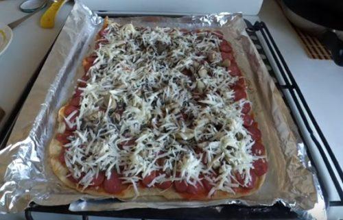 Pizza com salsichas de caça na massa fina
