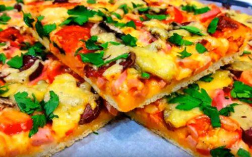 Leckere hausgemachte Pizza mit Brühwurst