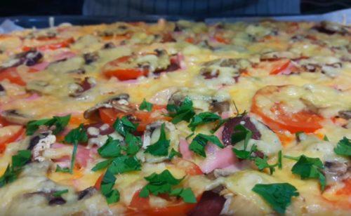 بيتزا لذيذة منزلية الصنع مع نقانق مسلوقة