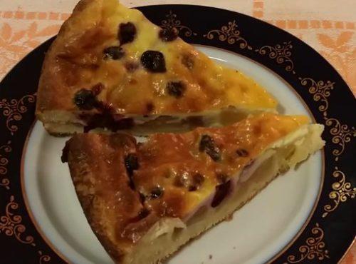 Заливной пирог с творогом, яблоками и черной смородиной