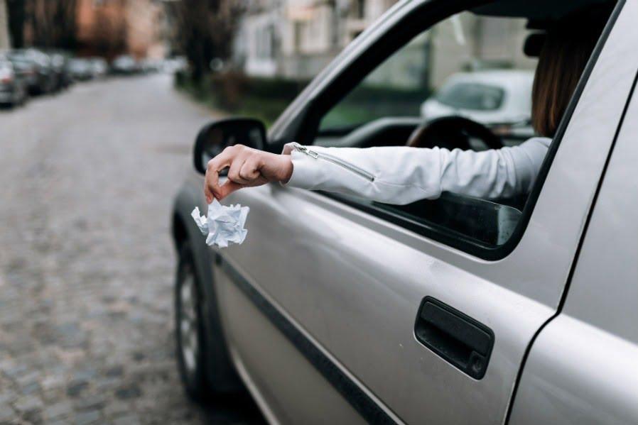 российских водителей предупредили о новом штрафе - выбрасывать мусор из машины