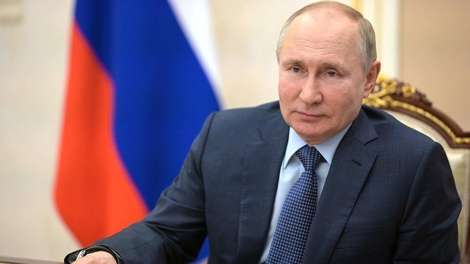 Президент наградил саратовских медиков, работников физкультуры и лесничего