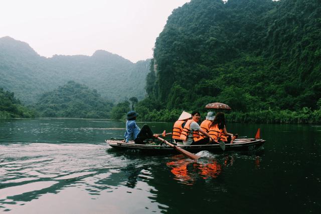 Trải nghiệm du lịch Việt Nam trên thuyền ở Tràng An-min