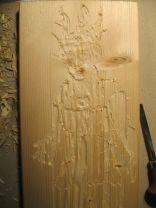 Das Holz ist spröde und astig.