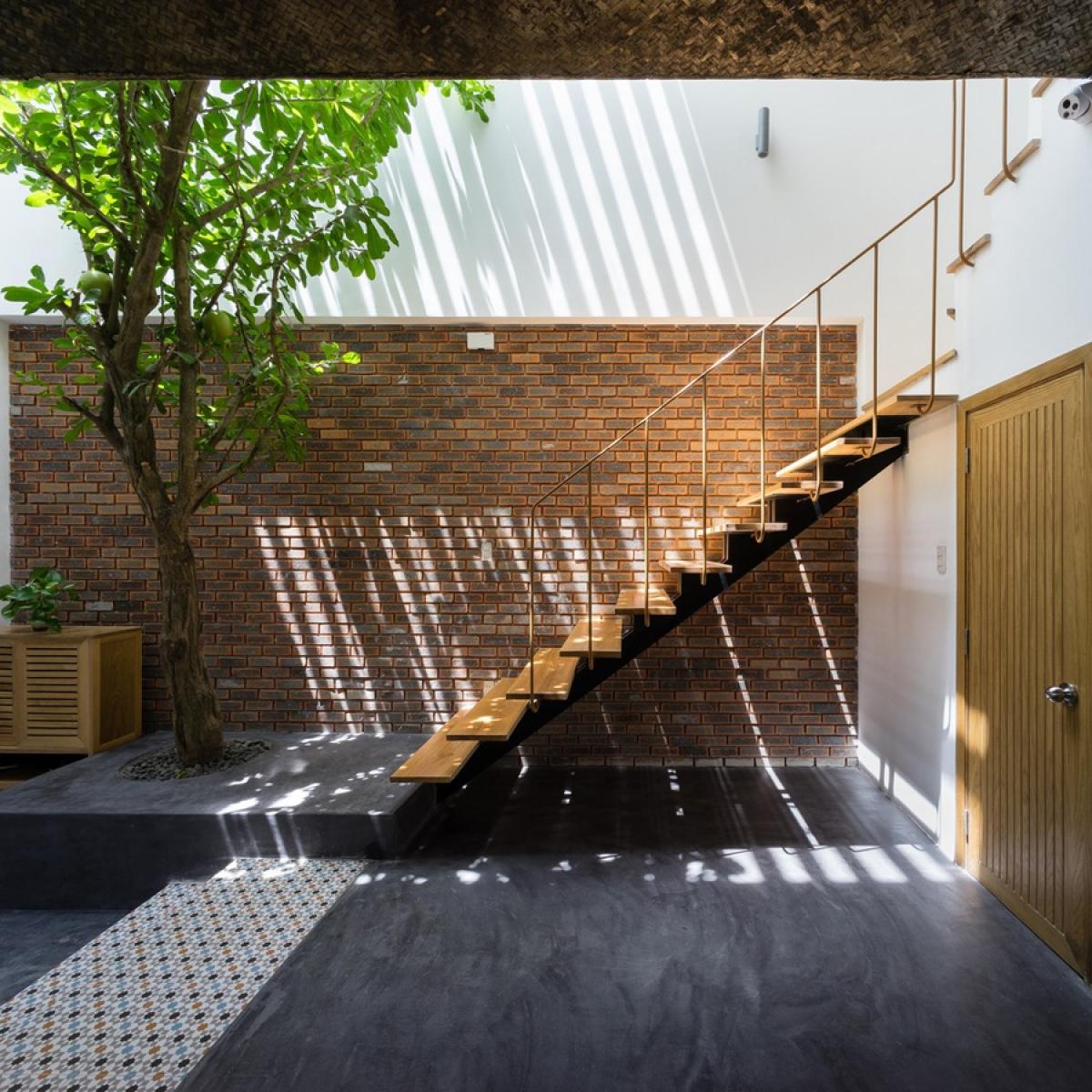 Về tổng thể, ngôi nhà được thiết kế với ý tưởng không gian nhiệt đới, gần gũi với thiên nhiên, đưa nắng gió và cây xanh vào trong nhà. Các chất liệu được sử dụng đa phần mộc mạc giản dị như bê tông trần, gạch trần không trát, gạch bông xi măng, gỗ mộc…