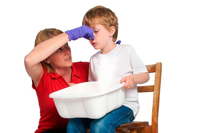 мама показывает, как правильно останавливать кровь сыну
