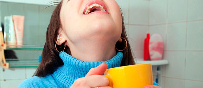 полоскание горла фурацилином или мирамистином