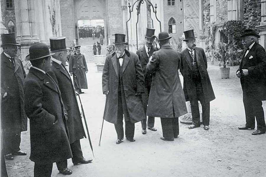A Direcção da Associação dos Arqueólogos Portugueses recebendo o Presidente da República, Dr. Manuel de Arriaga, por ocasião da Exposição Olissiponense, realizada no MAC em 1914 (Foto Joshua Benoliel/AF/CML)