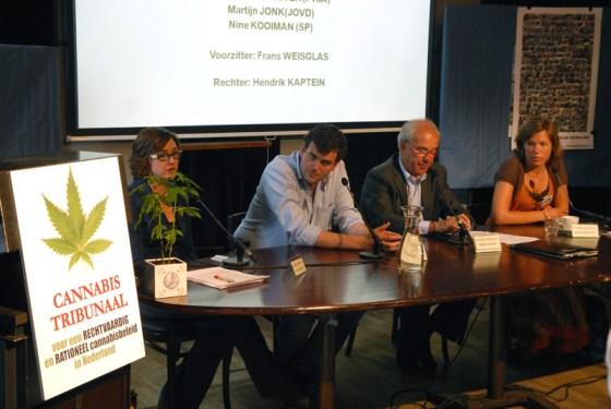 V.l.n.r. Nine Kooiman (SP), Martijn Jonk (JOVD), voorzitter Frans Weisglas en Lea Bouwmeester (PvdA) (© Gonzo media)