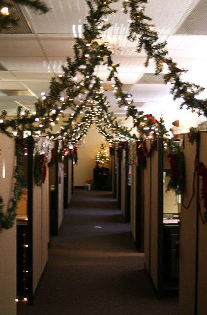 439a0fbdf0bb35377e83c7130e323ff9--christmas-cubicle-decorations-office-decorations