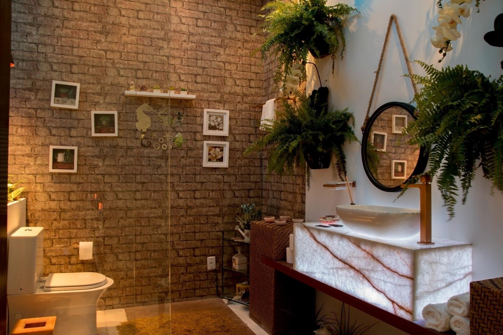 socorro-ribeiro-propoe-para-a-suite-do-hospede-da-casa-de-praia-uma-area-de-banho-de-toque-rustico-sem-perder-a-sofisticacao-no-espaco-com-plantas-naturais-a-parede-de-tijolos-1414770335468_1620x1080