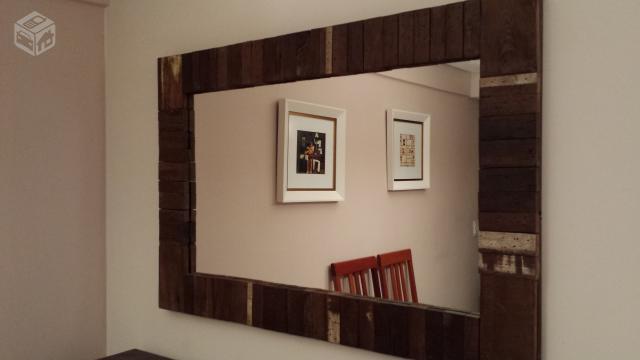 Espelho-com-moldura-de-madeira