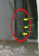 LA CASA DEL CONDE (prueba 2)  En dicha ocasión, en la sala de recepción de la gran casa, se puede ver en el fondo de esta imagen, a una niña de una edad mas temprana de lateral y cerca de la pared, con un camisón típico de la época.  ¿Que hacía esta niña allí?  ¿Se estaba escondiendo de alguien?