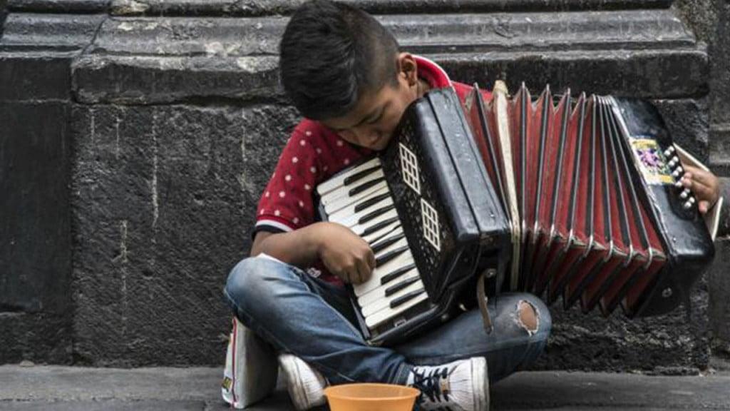 Niño tocando el acordeón. Foto cortesía de la UNAM