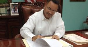 Alcalde de Juan Díaz firma una orden administrativa.