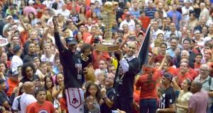 Mike Harris y Nelson Colón celebran junto a los fanáticos el campeonato del BSN.
