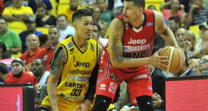 Angel Daniel Vassallo intenta anotar frente a la defensa de los Capitanes.