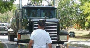 Uno de los manifestantes se detuvo frente al camión para evitar su paso.
