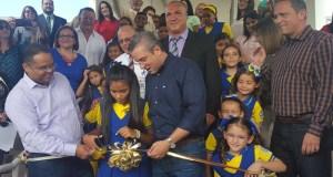 El secretario de Educación, Rafael Román, el gobernador Alejandro García Padilla y el alcalde de Coamo, Juan Carlos García Padilla en el corte de cinta junto a varias estudiantes del plantel.