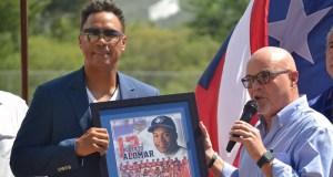Roberto Alomar junto al presidente de la Federación de Béisbol de Puerto Rico, José Quiles.