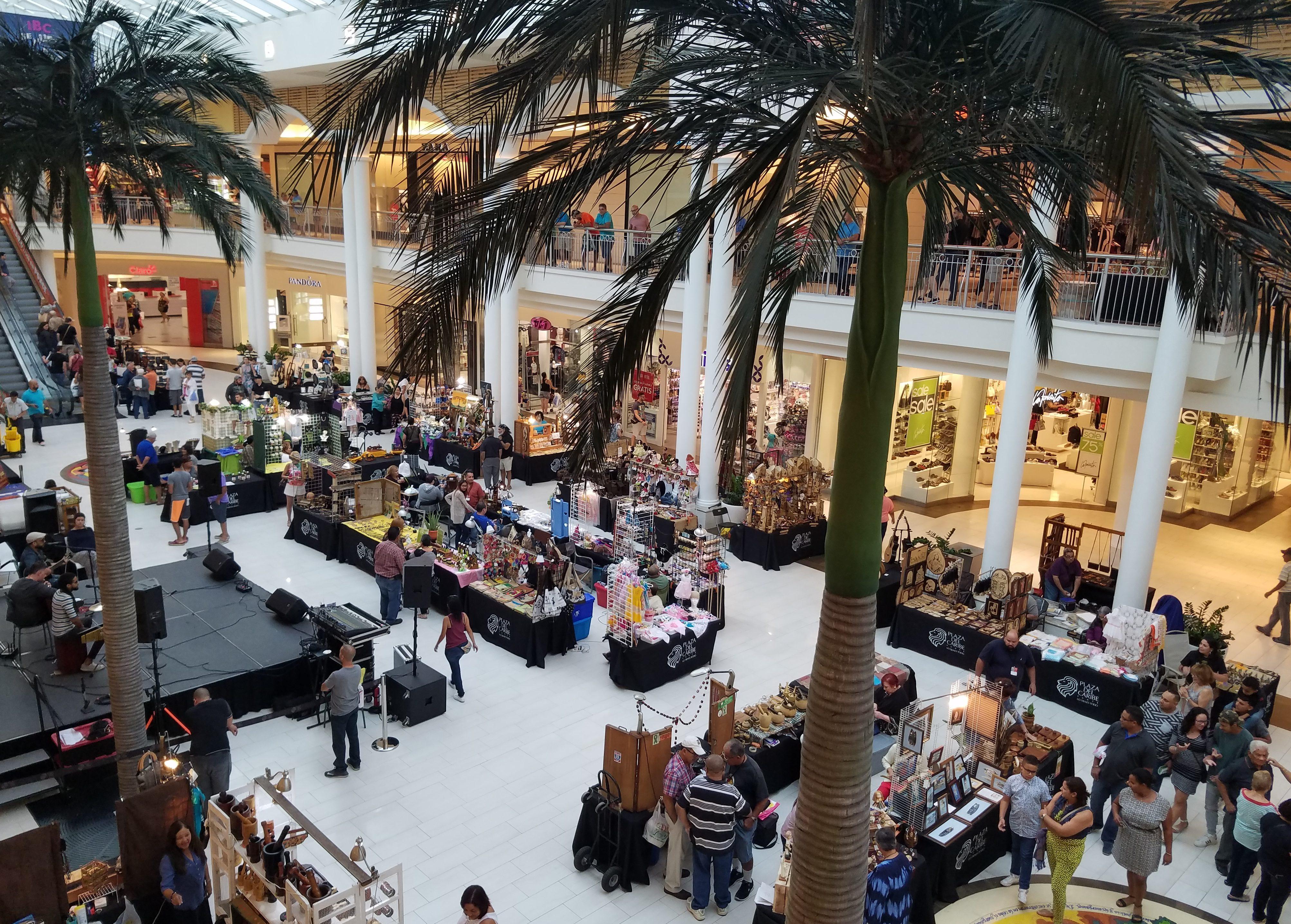 Actividad en el interior de Plaza del Caribe en Ponce.