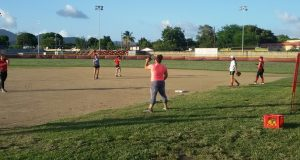 Las integrantes del equipo Sub-19 de sóftbol femenino de Arroyo ha tenido que realizar algunas de sus prácticas en Patillas.