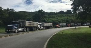 Camiones con cenizas detenidos por manifestantes durante la protesta del martes, 22 de noviembre. (Voces del Sur)