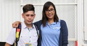 La trabajadora social Cyd Marie Llaurador Lora junto a Luis Cruz Rivera, quien obtuvo su diploma de escuela superior a través del Programa de educación básica para adultos. (Voces del Sur / Pedro A. Menéndez Sanabria)