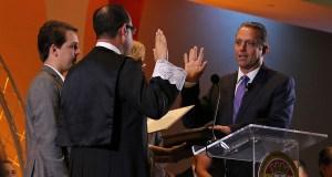 El juez asociado del Tribunal Supremo Angel Colón Pérez juramentó al alcalde de Coamo, Juan Carlos García Padilla, en su quinto término. (Voces del Sur / Pedro A. Menéndez Sanabria)