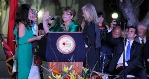 La jueza asociada del Tribunal Supremo de Puerto Rico Mildred Pabón Charneco le tomó juramento a la alcaldesa de Ponce, María Meléndez Altieri, delante de sus hijas Ana Margarita y María del Mar, y su nieta Ana Camila. (Suministrada)
