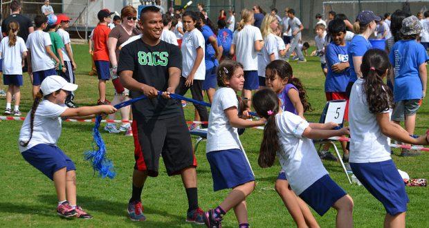 Varios menores participan de actividades deportivas.