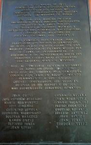 Tarja en honor a las víctimas. (Voces del Sur)
