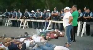Momento en que 11 personas se acostaron en la PR-385 en desobediencia civil en Peñuelas. (Captura de pantalla / Vídeo de Facebook / Vive Borikén Puerto Rico)