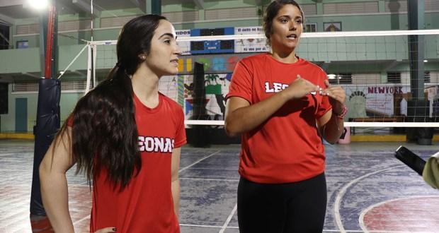 Las jugadoras profesionales Valeria León y Jizzyan Gesualdo imparten clínicas de voleibol a jóvenes de la región Sur. (Voces del Sur)